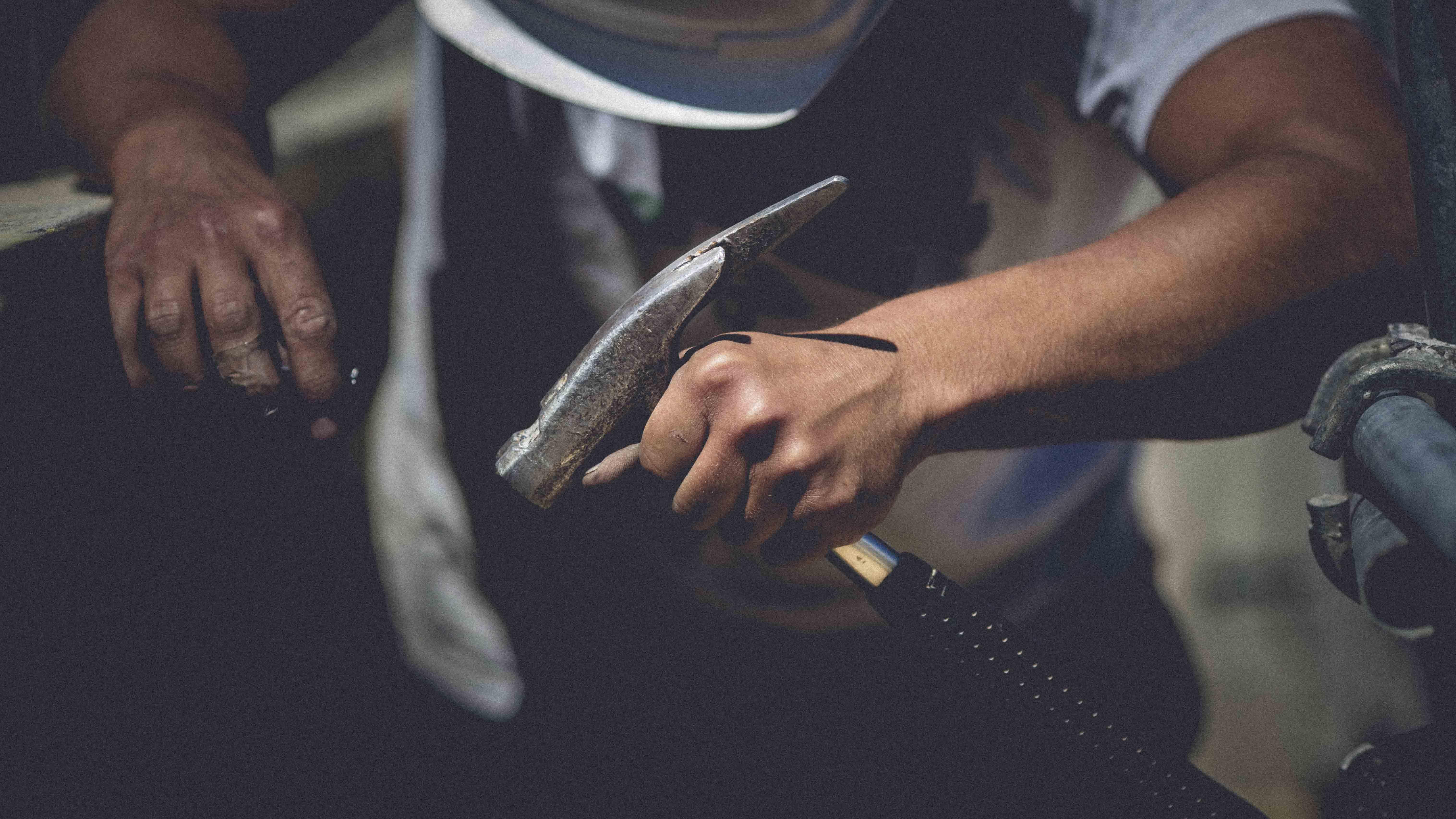 ouvrier tenant un marteau